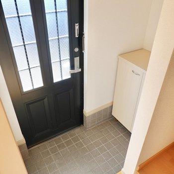 玄関は階段のすぐ目の前に。靴箱はタタキの奥。