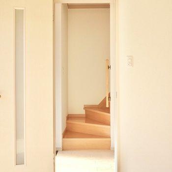 ホールに出ると正面に階段、右にトイレ、左に玄関。