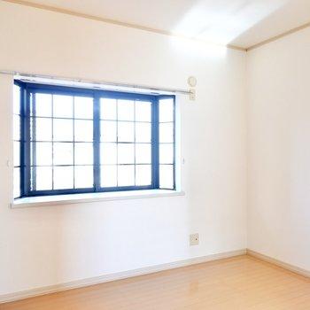 こちらは6帖。格子状の出窓が可愛らしい!