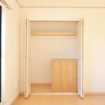 窓際には大きなクローゼット。出っ張りはカバンなどの置き場に役立ちそう。