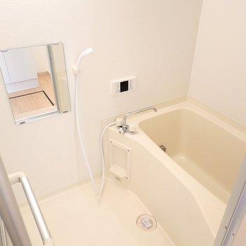 お風呂の照明も暖色と統一感が素晴らしい。嬉しい追い焚き付き!
