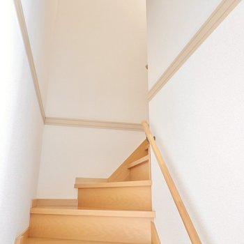 2階への階段は手すり付き。