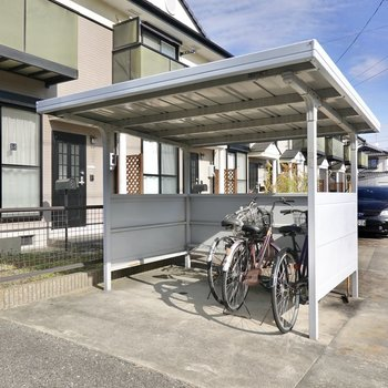 敷地の端には屋根付きの駐輪場もありますよ。