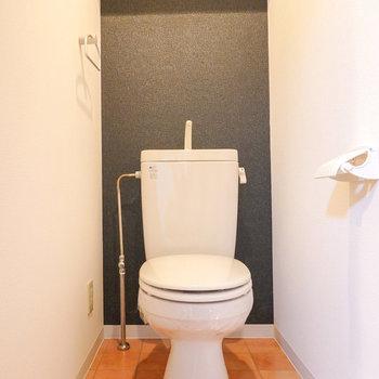 脱衣所と同じ内装のトイレ。こちらも居心地良く。