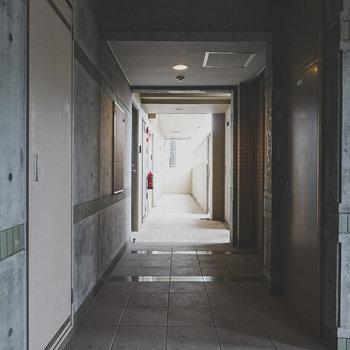 玄関前の共用部はコンクリでクールに。