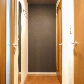 廊下も黒のクロスで落ち着きのある空間。