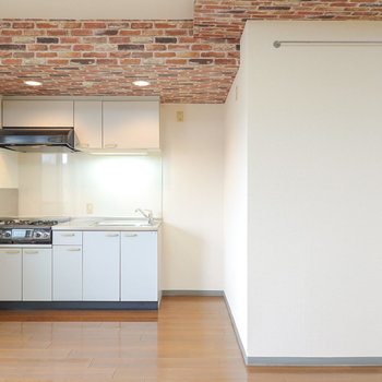 キッチンは暖色のダウンライトでオシャレに。右の壁にはバー付き。