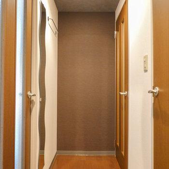 廊下は茶色のクロス。こちらも落ち着いた雰囲気。
