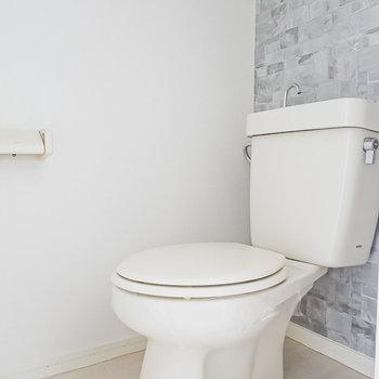 お風呂の対面にはおトイレ。クールなアクセントクロスで居心地良し◎