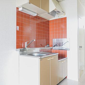 赤いタイルがお部屋のアクセントになっているキッチン。