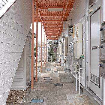 この奥がお部屋。玄関前には屋根付きの駐輪場があります。