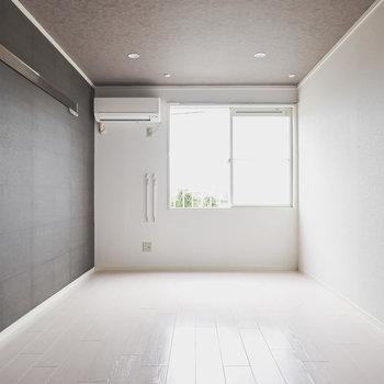 南向きの窓から明るい日差しが。ベランダはありませんがその分自由な家具配置ができます。