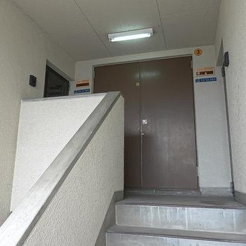 お部屋は3階。階段で上がって左手がお部屋です。