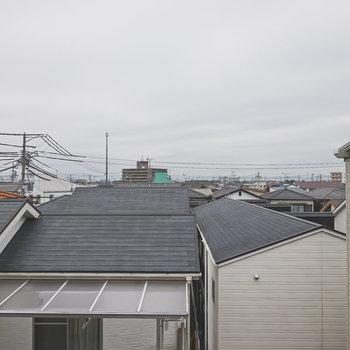 洋室の窓からは周辺の住宅街が見えます。