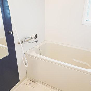 窓付きの明るいお風呂。浴室乾燥機もついているので洗濯物を干すことも。