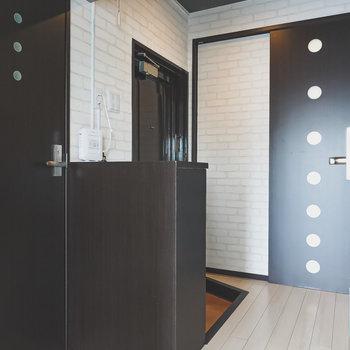 シックな雰囲気の廊下へ。正面にあるのが脱衣所へのドア。