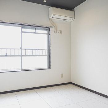 洋室はシックで落ち着いたモノトーンの内装。ベッドやチェストなども白黒で選びたい!