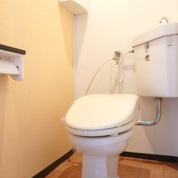 トイレは左手に。ウォシュレット付きが嬉しいポイント。