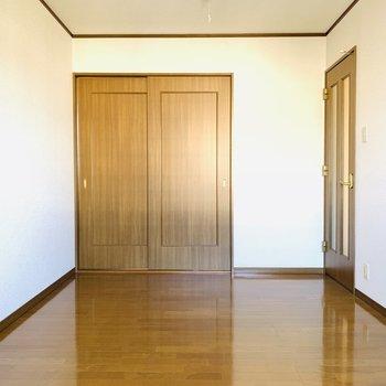 【7.5帖の洋室】広めのお部屋には大きめのベッドを置いて快適な睡眠を。