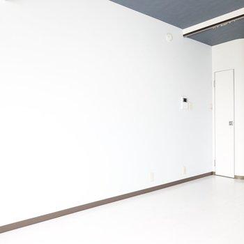 お部屋は6帖とコンパクトですが、白い壁のおかげでゆったり感じられます。