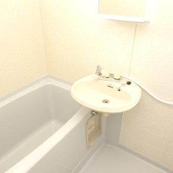 お風呂は洗面台とセットで、少しレトロかも。