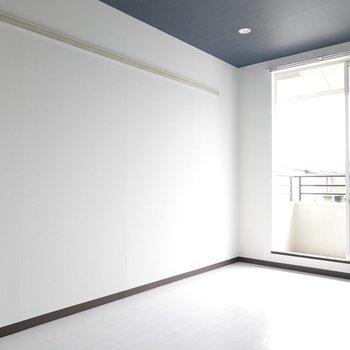 真っ白な壁に藍色の天井が違和感なく溶け込んでいます。