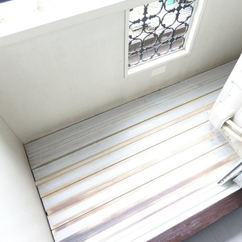 ベランダは狭めですが、外に出ずに洗濯物が干せそうなのはむしろ良いポイントかも。