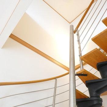 階段を見上げると、シーリングファンが!