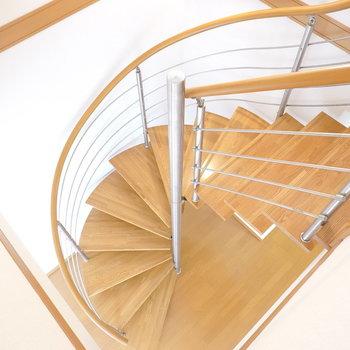 こんな階段があるお部屋に住めるなんて素敵過ぎません?