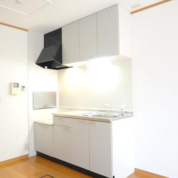 キッチンはシンプルで綺麗!冷蔵庫は右側に。