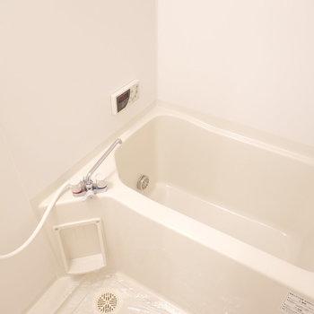 お風呂は真っ白で気持ち良さそう〜。 追い焚き付きが嬉しいね。
