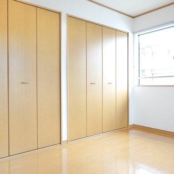 もう片方の洋室は、収納満載! 格子状の窓がどことなく洋風でカワイイ。