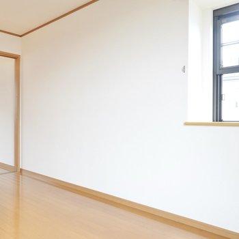 もう片方の壁には小窓がついてるので、光が十分入ってくるね。