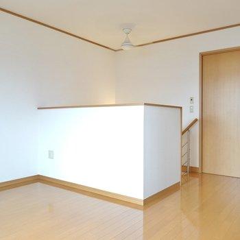 階段を上がると広々とした洋室が! 奥にももう1室あります。