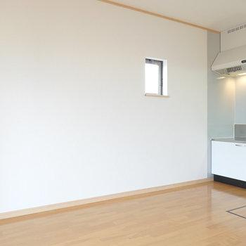 玄関通ってまずリビング! フローリングに白い壁が気持ち良い。
