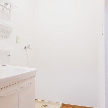 脱衣所入って正面には洗濯機置場。スペースも広めでゆったり。