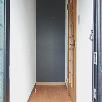 玄関入って正面の壁際に靴箱を置けそうです。