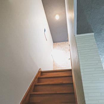 窓から明かりが差し込む階段を上がって2階へ。