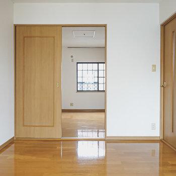 窓の反対側には北側のお部屋への引き戸。
