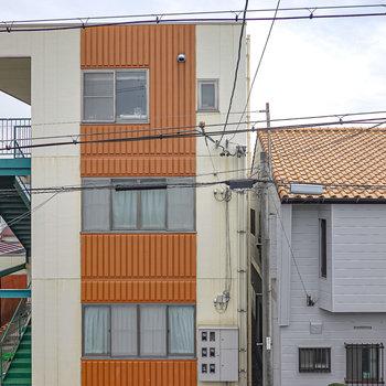 目の前にはオレンジの鮮やかな建物。