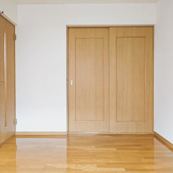 左のドアから階段へ出られます。