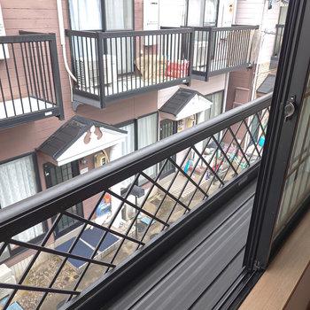 窓の外には鉢を置いてガーデニングができそうなスペース!向こうに見えるのはお隣さん。