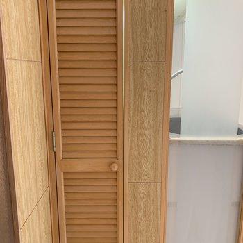 キッチン横の収納扉