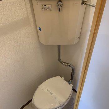 トイレは個室ですが狭いです