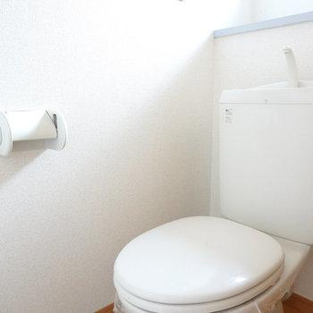 窓付きのシンプルなトイレ。お手入れがラクそう。