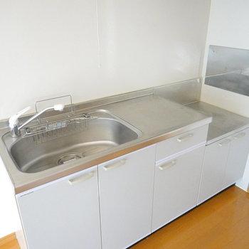キレイなキッチン!調理スペースもバッチリ。コンロは白が似合うかな。