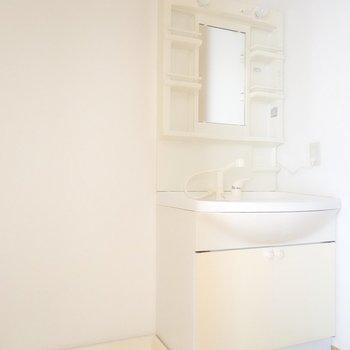 脱衣所はキッチンの後ろ。水回りがコンパクトに集まってて効率的!