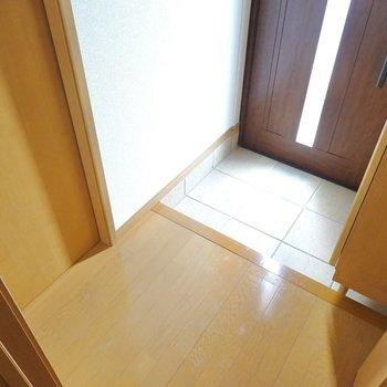 玄関は適度な広さ。トイレはここ、出て左です。