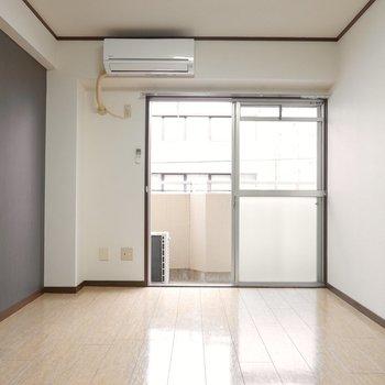 壁際にテレビを、窓際に3シーターのソファを置いて。ソファはドアの色と合わせて落ち着いた色味のモノを。