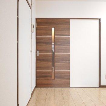 真ん中のドアからキッチンへ出ると、左に収納が!